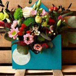 Милый букет цветов на деревянном полу
