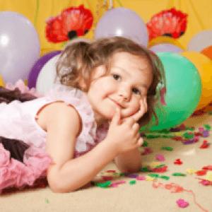 Маленькая именинница в окружении воздушных шариков