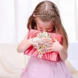 Девочка обняла подарок