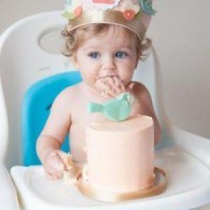 Девочка в короне  с тортом