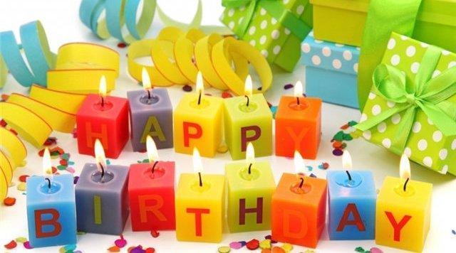 """День рождения: маленькие разноцветные свечи и надпись """"С Днем рождения"""""""