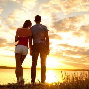 Девушка и парень встречают рассвет