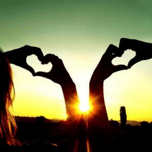 Влюблённые встречают закат