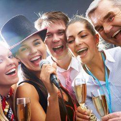 Корпоратив: весёлые сотрудники с бокалами шампанского