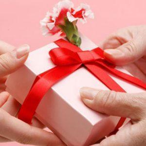 Подарок вручает подруга