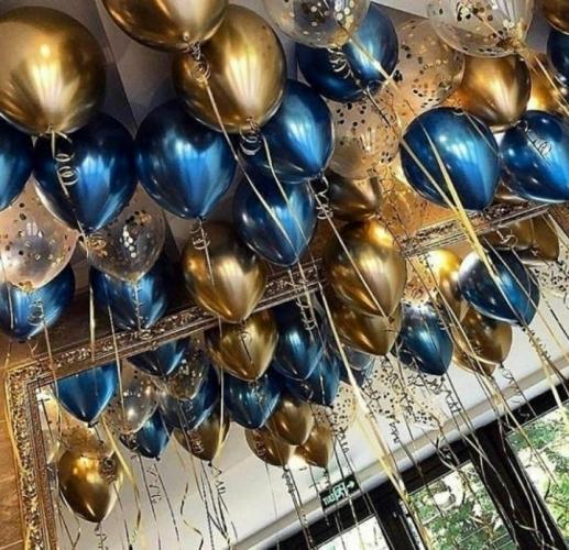 Золотые и синие шары по потолок с атласными ленточками