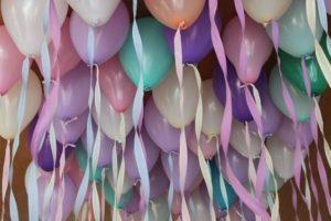 Разноцветные воздушные шары с атласными ленточками