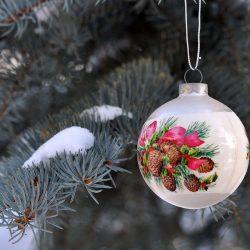 Ветка живого новогоднего дерева, украшенного ёлочной игрушкой